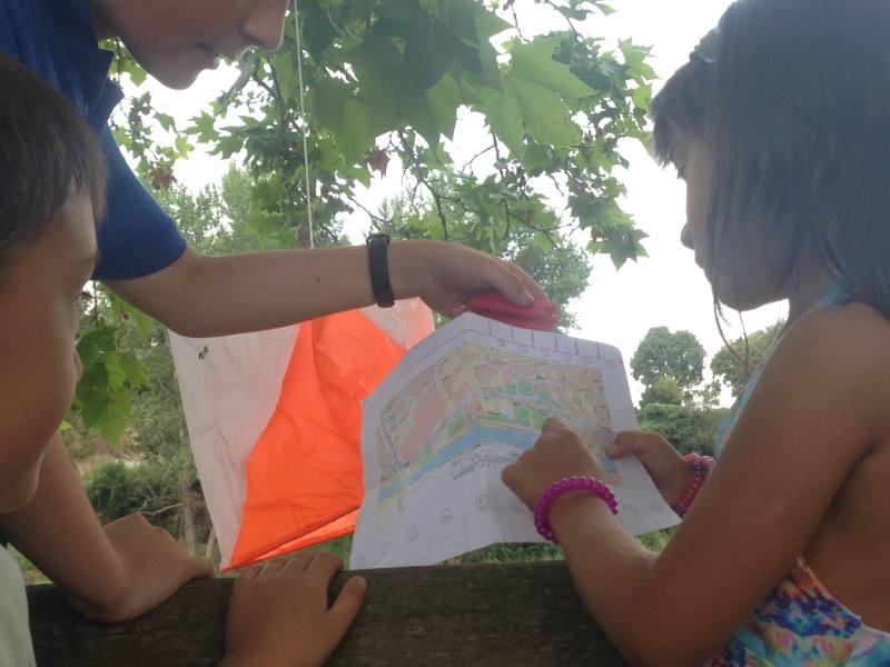 nens fent circuit d'orientació