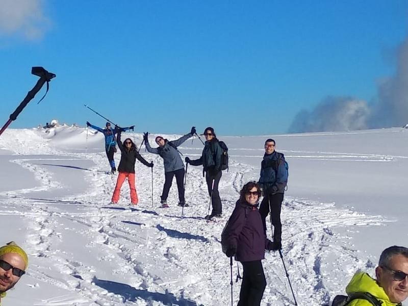 riures fent excursió amb raquetes de neu